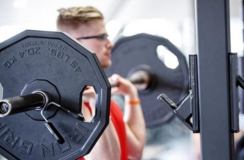 Les sportifs qui pratiquent avec des poids plus lourds gagnent plus en force musculaire