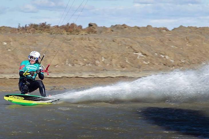 Alexandre Caizergues atteint près de 58 noeuds en kitesurf