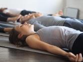 les gens allongés sur le dos, faire du yoga