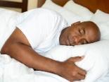 L'homme dort paisiblement au lit