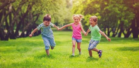 https://centdegres.ca/wp-content/uploads/2017/08/3-enfants-courent-parc-e1502736119972.jpg