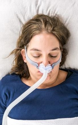 L'AOS peut être traitée avec un dispositif de pression positive continue (CPAP) qui empêche la fermeture des voies respiratoires pendant le sommeil.