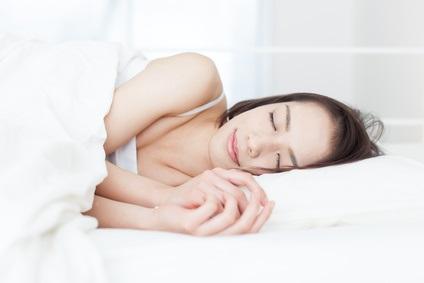 Un sommeil soit insuffisant, soit excessif durant les jours de semaines et le weekend est associé à un risque accru de décès prématuré par rapport à un sommeil constant de 6 à 7 heures par jour.