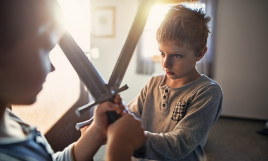Jeux de batailles: devrait-on laisser les enfants se chamailler?