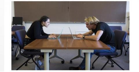 C'est une posture si courante que nous n'y faisons presque plus attention : assis devant l'ordinateur, nous rapprochons la tête pour regarder de plus près l'écran.