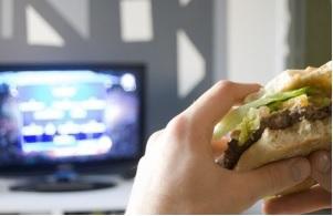 Il existe  un lien, dose-dépendant entre le temps passé assis devant la télévision et l'augmentation du risque de cancer colorectal chez les jeunes adultes.