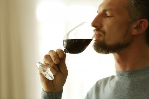 Une consommation très modérée est-elle plus utile que nocive pour la santé ? Ça dépend de l'âge du consommateur...