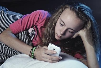 Les parents (et les adolescents) doivent donc s'efforcer de suivre les nombreuses recommandations relatives aux pratiques d'hygiène du sommeil et en particulier sur… l'utilisation de l'écran tard dans la nuit.