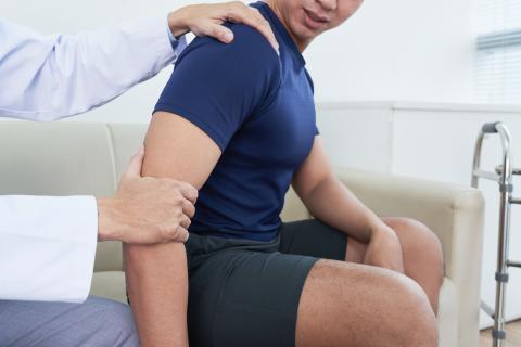 Un traitement conservateur avec une sangle ou une orthèse de soutien du bras, peut, dans de nombreux cas, remplacer la chirurgie de fracture de l'épaule, avec les mêmes résultats