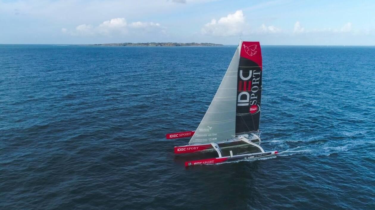 Francis Joyon a franchi la ligne de sa tentative de record placée entre le continent et l'île de Groix à 11h32 (heure française)