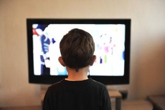 https://centdegres.ca/wp-content/uploads/2017/11/enfant-tv.jpg