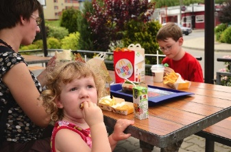 https://centdegres.ca/wp-content/uploads/2018/02/enfant-mcdo-happy-meal.jpg