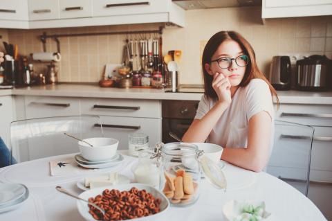 Les jeunes qui sautent le petit-déjeuner présentent plus de marqueurs d'adiposité et encourent un risque plus élevé d'obésité