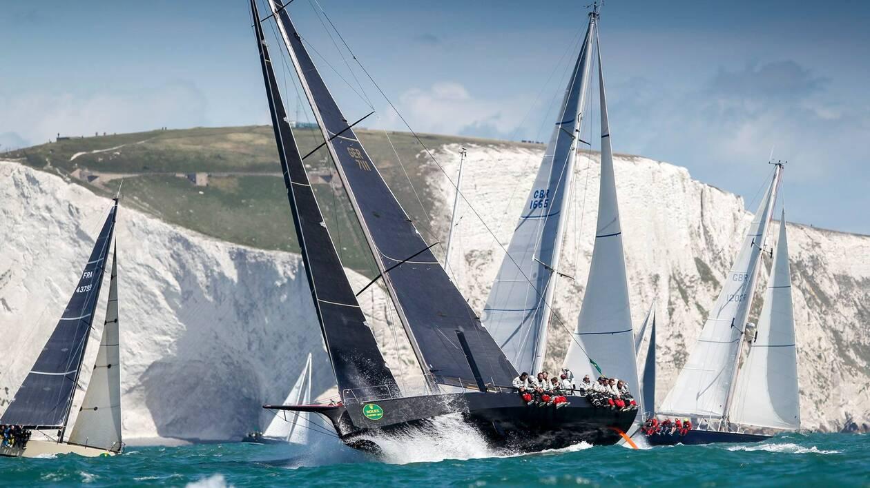 Le départ de la Fastnet Race sous les falaises de craie de l'Ile de Wight est toujours très spectaculaire.