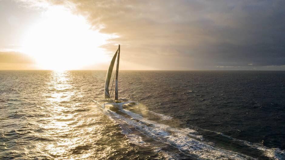 Avec Franck Cammas, Charles Caudrelier et Yann Riou à son bord, le Maxi Trimaran Edmond de Rothschild s'est élancé, ce mardi 5 novembre, pour la Brest Atlantiques.