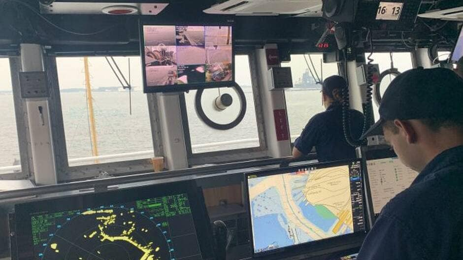 À bord des gros bâtiments, l'Electronic Navigational Chart (ENC) est utilisée sur l'Electronic Chart Display and Information System (ECDIS).