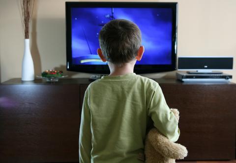 Regarder la télévision et utiliser les écrans est le facteur de mode de vie le plus fortement associé à l'obésité chez l'Enfant