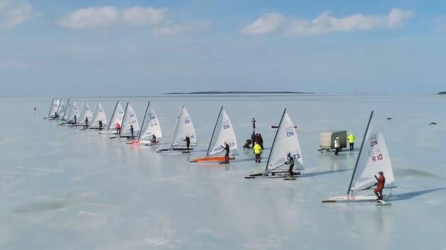 Le départ de chaque régate internationale d'Ice-boat est donné au beau milieu du lac.