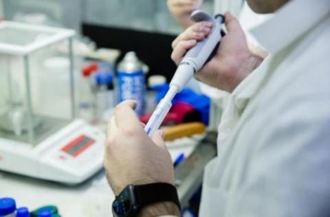 Des nanoparticules de ferrite de manganèse-zinc qui sous l'effet d'un champ magnétique vont chauffer, bruler les cellules cancéreuses mais tout en épargnant presque totalement les tissus sains.