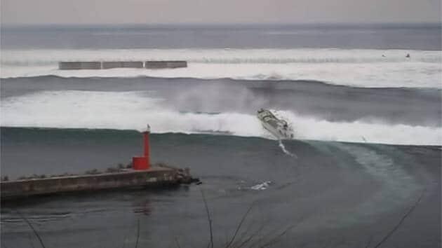 11 mars 2011. Cette petite embarcation tente d'échapper à la vague du tsunami… et semble y parvenir.