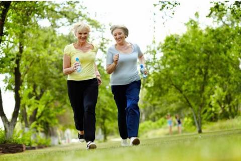 Faut-il remettre en question les directives de pratique des 150 minutes d'activité physique par semaine, chez les personnes plus âgées ? (Visuel Fotolia)