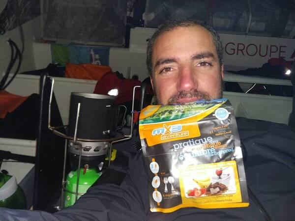 Difficile pour Damien Seguin de se faire à manger dans les conditions actuellement. Mais le skipper n'oublie pas qu'il doit prendre des forces.