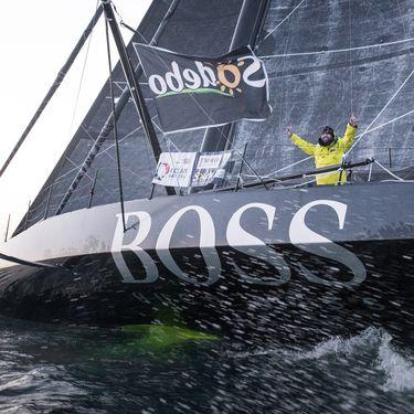 Le navigateur britannique Alex Thomson fête sa deuxième place sur le Vendée Globe, le 20 janvier 2017. (LLOYD IMAGES / GETTY IMAGES EUROPE)