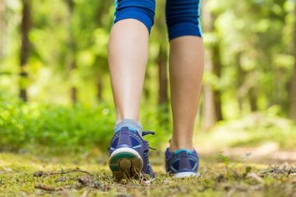 La marche est un type d'exercice adapté à l'âge avancé et que la vitesse de la marche est un indicateur clinique du degré d'autonomie et de l'espérance de vie (Visuel Fotolia 113478300)