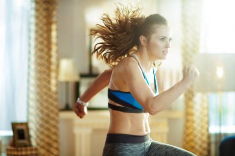 Ces courtes périodes d'activité intense, possibles à la maison, permettent bien de préserver une bonne forme physique (Visuel Adobe Stock 267844555).
