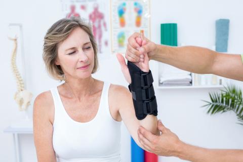 A la ménopause, toute fracture doit être considérée comme un signe de grande fragilité osseuse et doit être prise au sérieux (Visuel Adobe Stock 83005939).