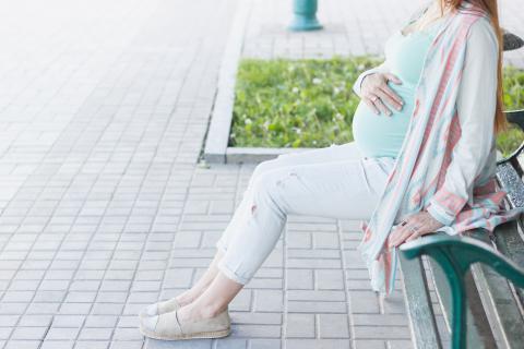 Les études se succèdent pour alerter sur les effets parfois sévères d'une exposition du bébé in utero à la pollution (Visuel adobe stock 333142136)