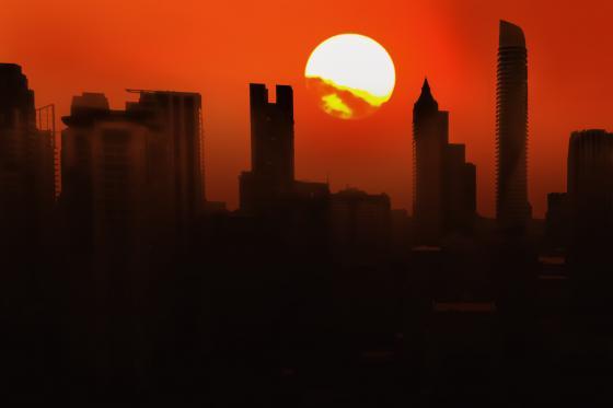 un soleil ardent réchauffe une ville