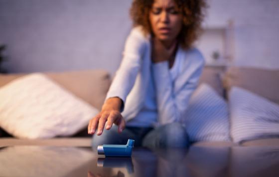 une femme fait une crise d'asthme à son domicile