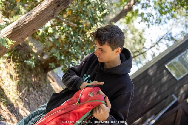 Une image contenant arbre, extérieur, personne, garçon  Description générée automatiquement