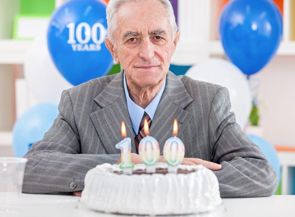 Une image contenant gâteau, personne, anniversaire, homme  Description générée automatiquement