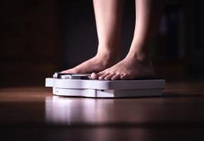 Une image contenant personne, intérieur, pieds  Description générée automatiquement