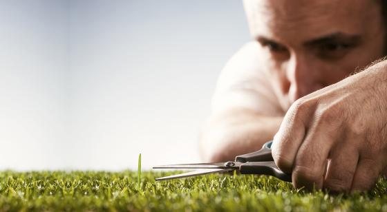 Homme taillant la pelouse avec des ciseaux