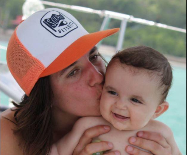 La skippeuse Charline Picon, le18 février 2018, avec sa petite fille. (FACEBOOK)