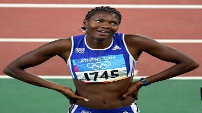 La sprinteuse française, Muriel Hurtis, sur les séries du 200 mètres, lors des Jeux olympiques d'Athènes (Grèce), le 23 août 2004. (GABRIEL BOUYS / AFP)