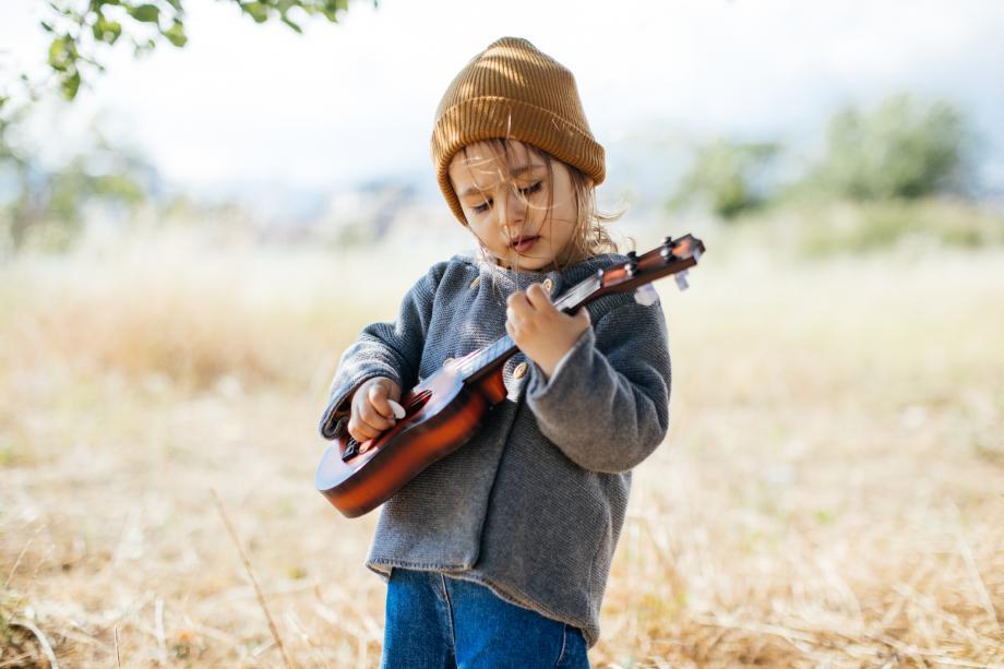 un enfant joue de la guitare