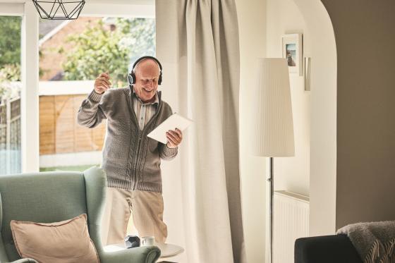 Un homme aîné écoute des chants