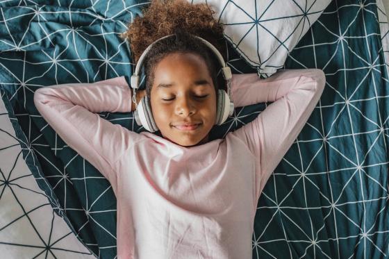 une enfant relaxe en écoutant de la musique