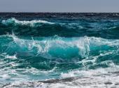 Une image contenant eau, ciel, extérieur, vague  Description générée automatiquement
