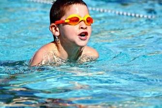 Une image contenant eau, sport, sport aquatique, nageant  Description générée automatiquement