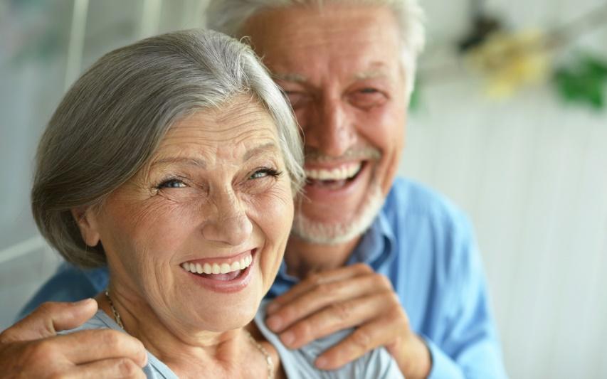 Une image contenant personne, souriant, aîné  Description générée automatiquement