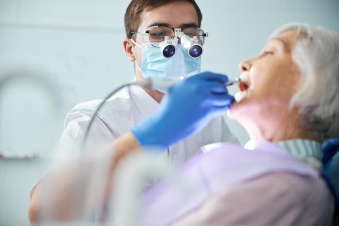 Veiller à la bonne santé buccodentaire des plus âgés, y compris en cas de prothèses dentaires, contribue à prévenir aussi le déclin cognitif (Visuel Adobe Stock 420469440)