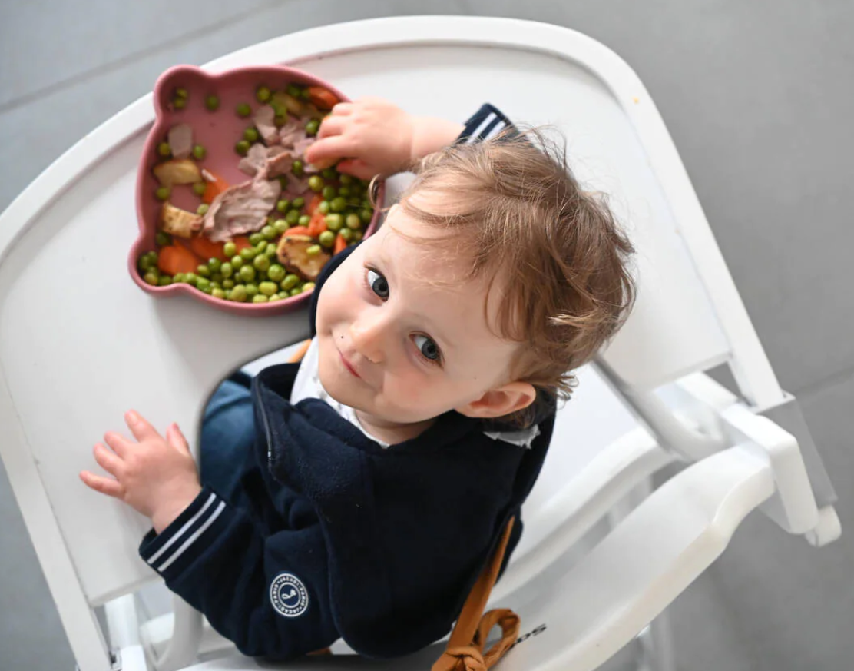 Une image contenant personne, petit, panier, bambin  Description générée automatiquement