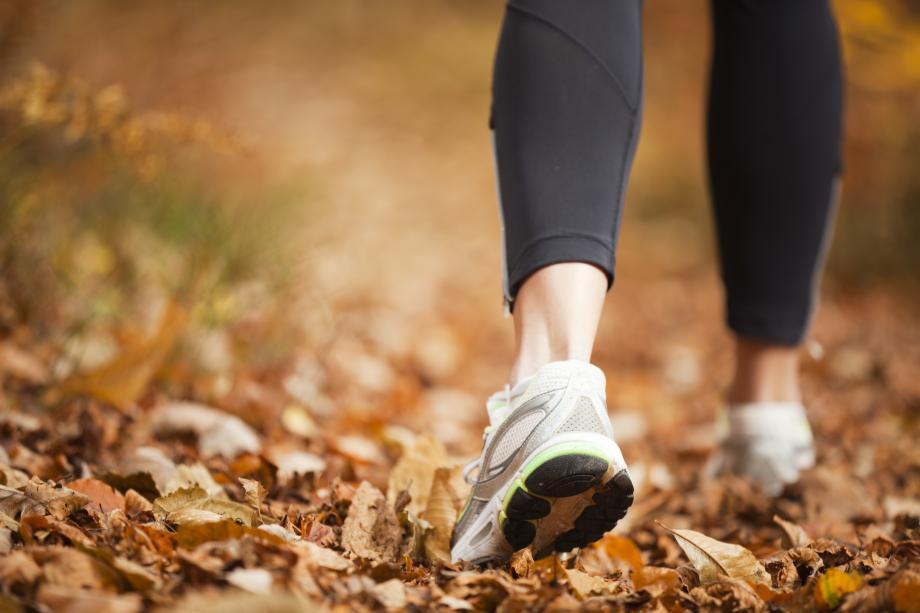 Une personne faisant du jogging, l'image est cadrée sur ses pieds
