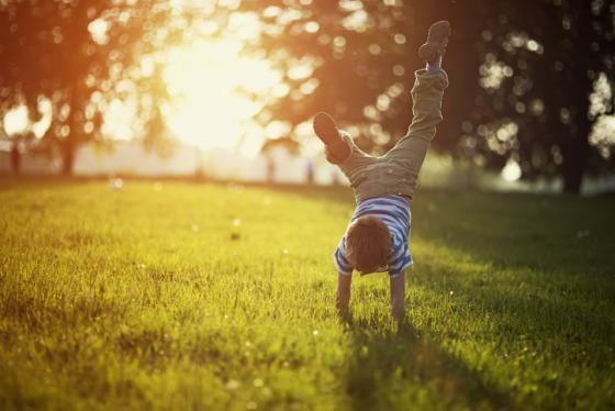 enfant actif à l'extérieur