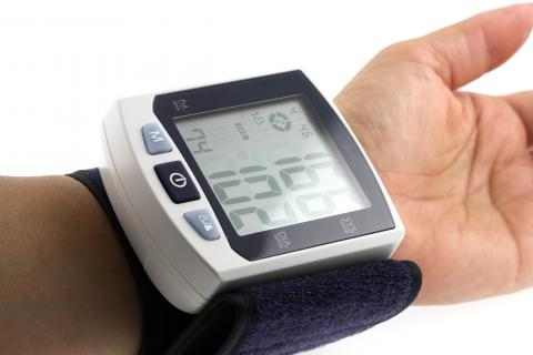Suivre un traitement pour sa tension artérielle ou souffrir d'une maladie chronique nécessitant un contrôle de la tension artérielle et, a fortiori être âgé de plus de 50 ans devrait inciter à maintenir une surveillance de la pression artérielle à domicile (Visuel Adobe Stock 22375034).